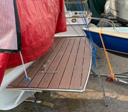 Badbrygga på båt i träkomposit