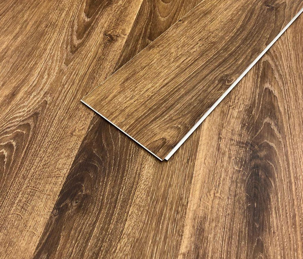 brunt vinylgolv som passar bra i hall och kök